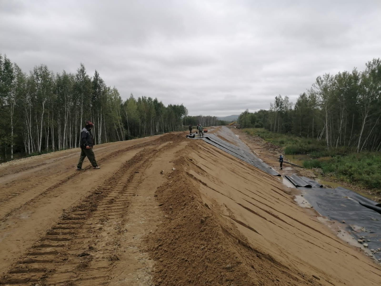ООО «Энергокомплект» продолжает поставки материалов для строительства дамбы в Комсомольске-на-Амуре.